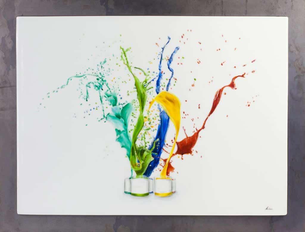 Esplosione di colori dipinta su porcellana a terzo fuoco con medium universale